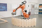 Študenti FEI STU naprogramovali robota, ktorý kladie tehly